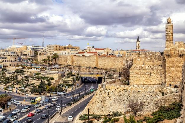 Jerozolima izrael panoramiczny widok na wieżę dawida w pobliżu bramy jafy i na stare miasto z murów miejskich