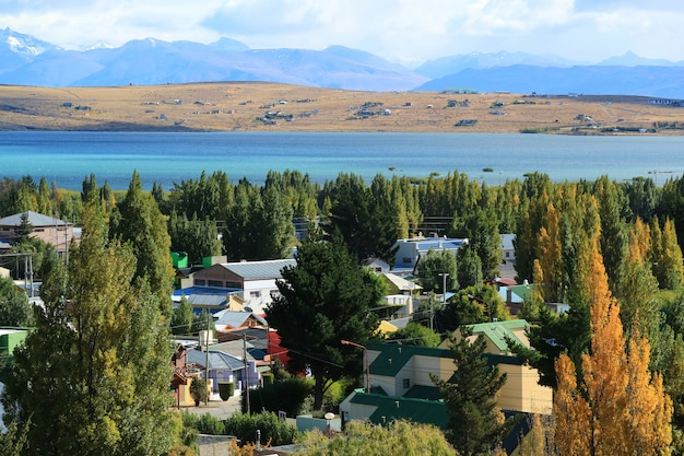 Jesień el calafate, miasto na brzegu jeziora argentino, patagonia, argentyna