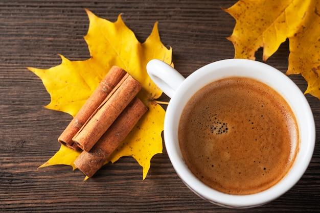 Jesień filiżanka kawy z miejsca na kopię. widok z góry.