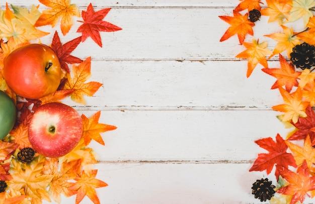 Jesień i jesień tło sezonu. fałszywy liść klonu na stole z drewna. koncepcja róg obfitości zbiorów i święto dziękczynienia.