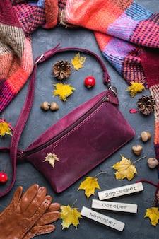 Jesień, jesień koncepcja. leżał płasko, widok z góry. jesienna rama z akcesoriami, żółte liście i drewniany kalendarz