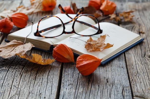 Jesień jest początkiem semestru studenta, liści i butów na stole