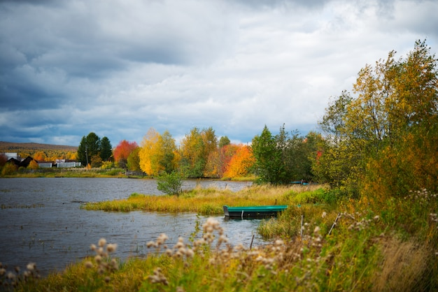 Jesień kolorowy krajobraz, jezioro, drzewa i kolorowe liście, wieś w rosji