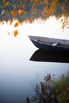 Jesień krajobraz, łódź w jeziorze, natura środkowy ural, syberia