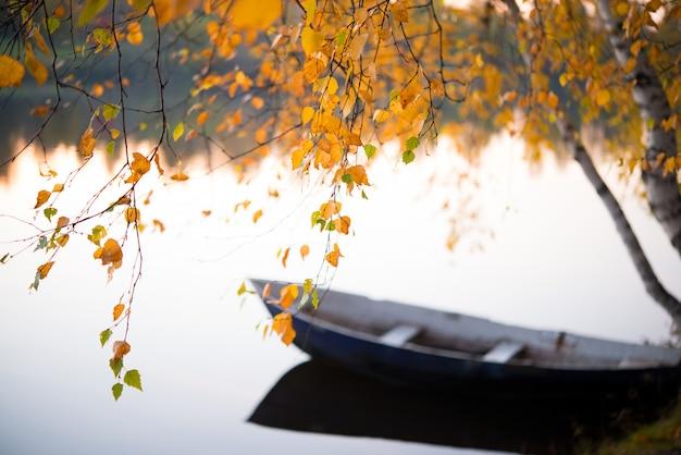 Jesień krajobraz, łódź w jeziorze, natura środkowy urals, syberia, selekcyjna ostrość