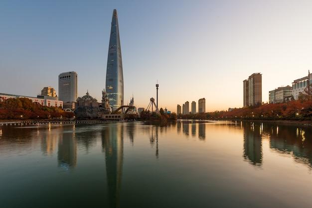 Jesień krajobraz przy lotte światem w ranku w seul mieście, południowy korea.