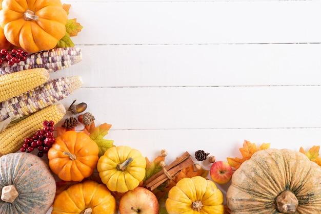 Jesień liście klonowi z dyniowymi i czerwonymi jagodami, dziękczynienie dnia pojęcie.
