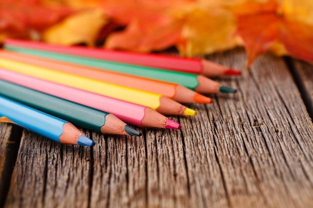 Jesień liście klonu na wieśniaka stole