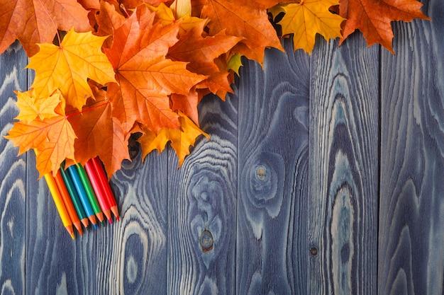 Jesień liście na błękitnym drewnianym stole