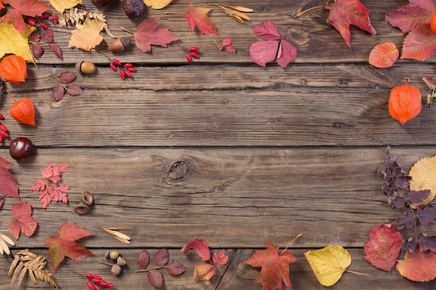 Jesień liście na darrk starej drewnianej powierzchni