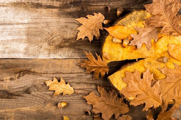 Jesień liście na drewnianym tle