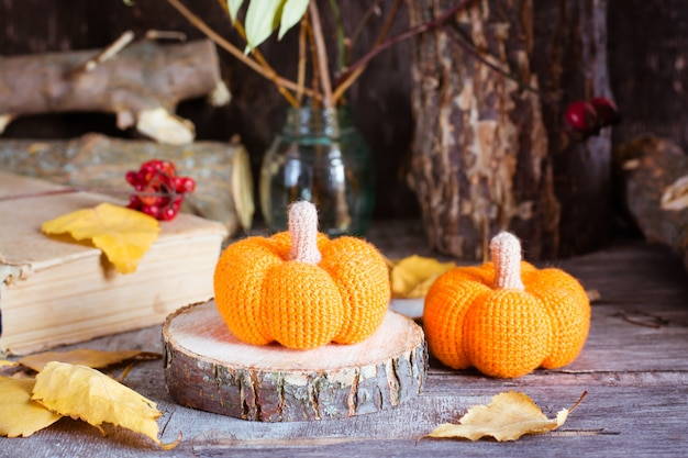 Jesień martwa natura z dyni i opadłych liści