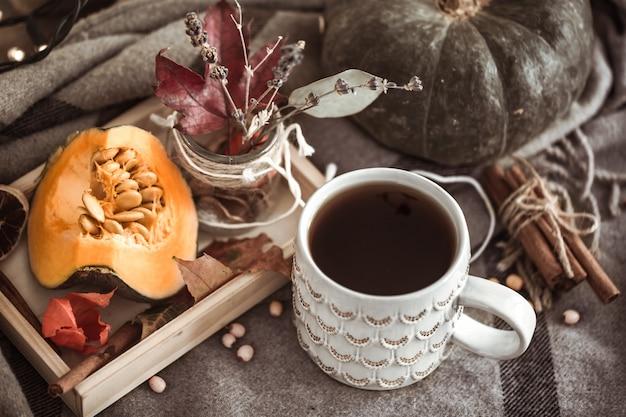 Jesień martwa natura z filiżanką herbaty