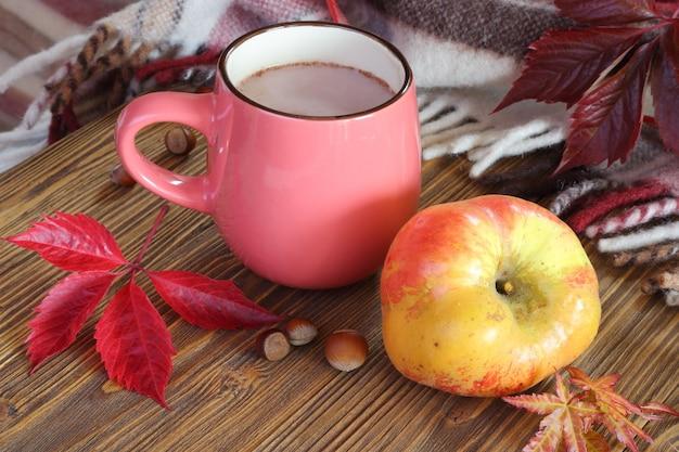 Jesień martwa natura z filiżanką kakao i jabłka.