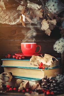 Jesień martwa natura z filiżanką kawy, jabłek i jesiennych liści.