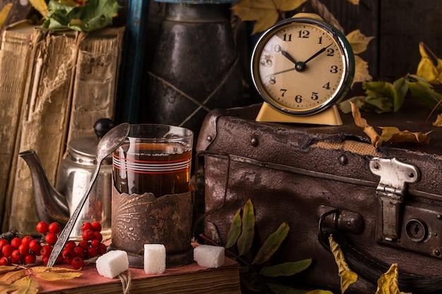 Jesień martwa natura z książkami, vintage walizka.