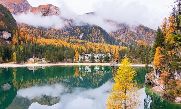 Jesień nad lago di braies w tyrolu odbicie gór alp i chmur nad jeziorem włochy
