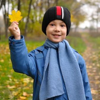 Jesień portret śliczny dziecko