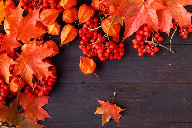 Jesień ramowy skład z spadać liśćmi na drewnianym z kopii przestrzenią dla teksta. święto dziękczynienia, halloween, sezonowe jesień koncepcja płasko leżał