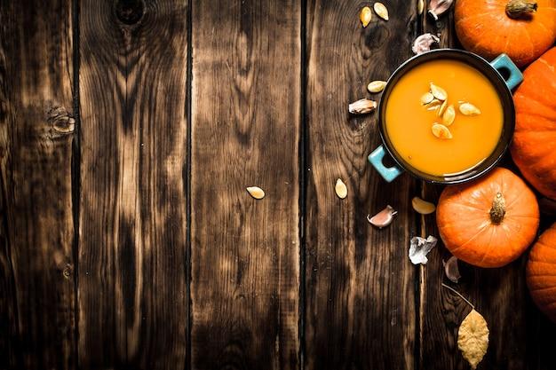 Jesień styl świeża zupa dyniowa na drewnianym tle