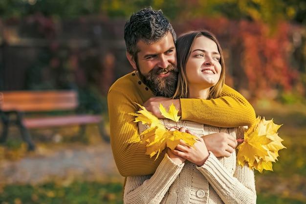 Jesień szczęśliwa para dziewczyna i mężczyzna na zewnątrz.