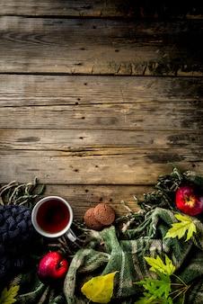 Jesień tematu tło z szkocką kratą i herbacianą filiżanką