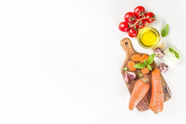 Jesień tło gotowania warzyw, warzywa i przyprawy, biały stół kopia przestrzeń
