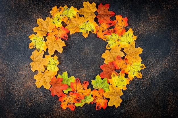 Jesień tło z kolorowymi dekoracyjnymi liśćmi, koncepcja jesień