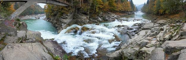 Jesień trzysta stopni widok na panoramę górskiej rzeki (most wodospad jaremcha, region iwano-frankowsk, ukraina). składa się z ośmiu zdjęć.