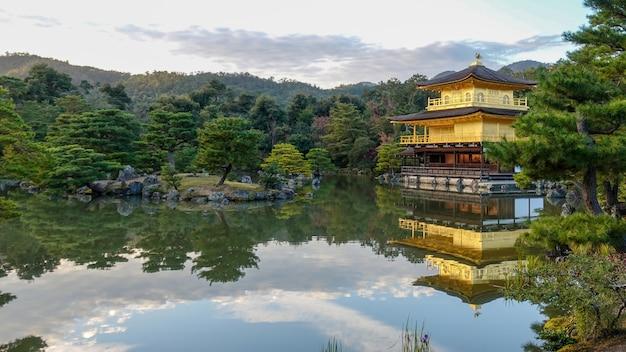 Jesień w japonii poluje na czerwone liście klonu kioto