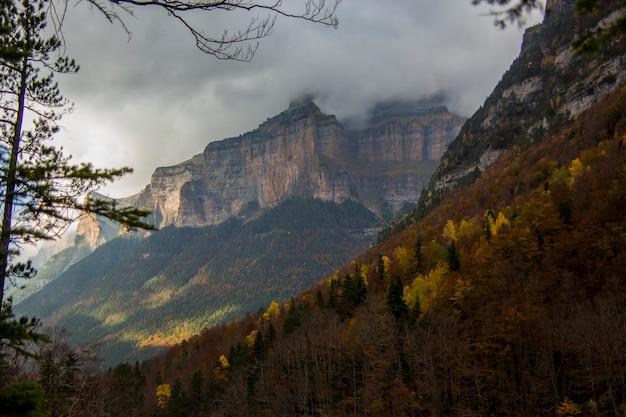 Jesień w parku narodowym ordesa i monte perdido w hiszpanii