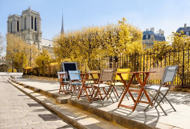 Jesień w paryżu. kawiarnia przy katedrze notre-dame