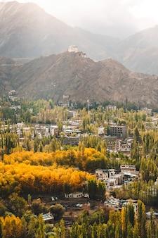 Jesień widok krajobrazu w dzielnicy leh ladakh, północnej części indii