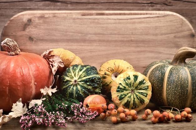 Jesień z jesieni suchymi dekoracjami na drewnie, przestrzeń