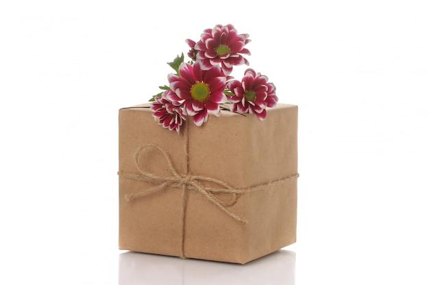 Jesieni chryzantema kwiaty i prezenty w kraft papierze na bielu odizolowywającym