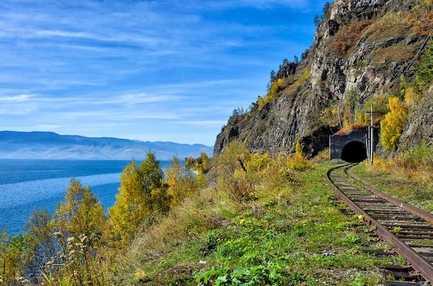 Jesieni circum-baikal railway na południowym jeziorze bajkał