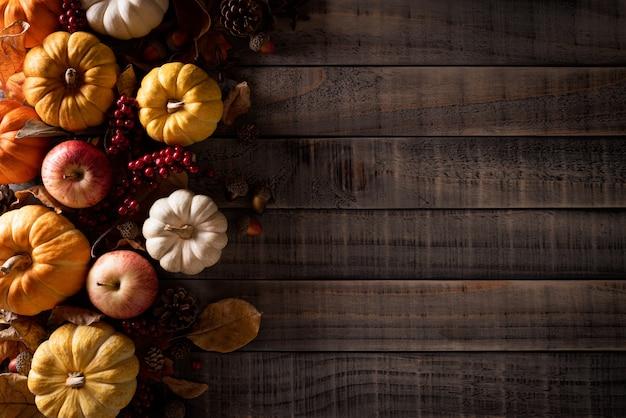 Jesieni dekoracja na stary drewnianym.