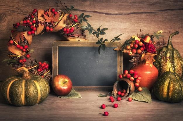 Jesieni dekoracje na drewnie i chalkboard, tekst przestrzeń