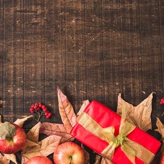 Jesieni dekoracyjna rama na drewnianym tle