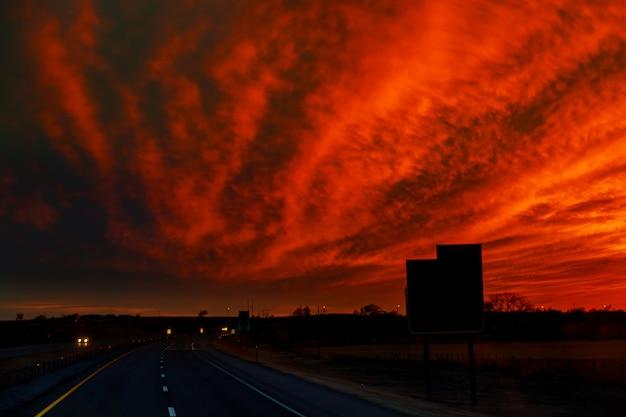 Jesieni drogowy zmierzch promienie światła w samochodzie droga