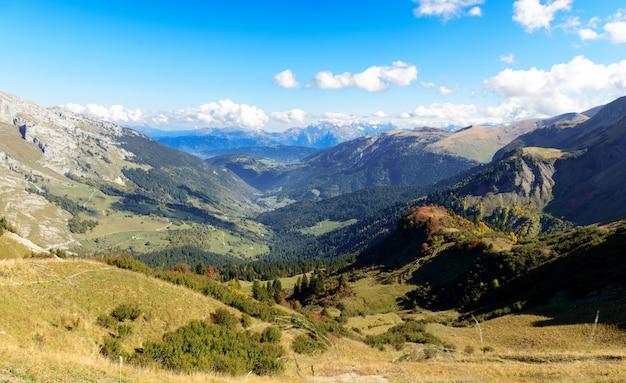 Jesieni górski krajobraz we francuskich alpach