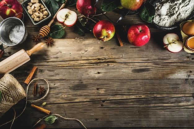 Jesieni kulinarny tło, jabłczany wypiekowy pojęcie, świezi czerwoni jabłka, słodkie pikantność, cukier, mąka