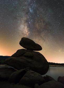 Jesieni nocne niebo w rezerwuarze burguillo, avila, hiszpania