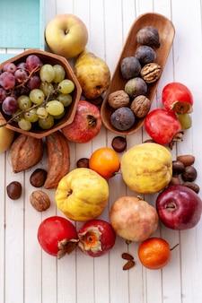 Jesieni owoc na białym drewnianym stole