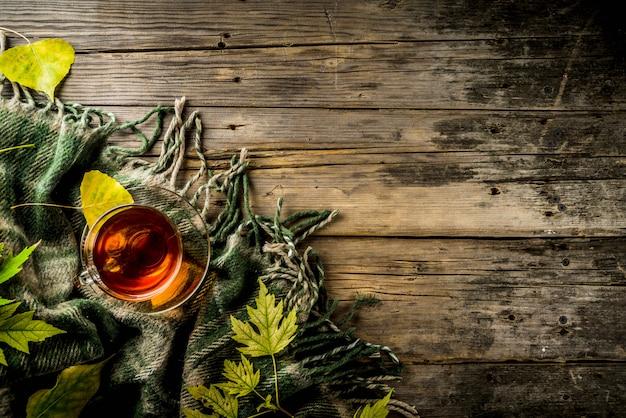 Jesieni tematu drewniany tło z szkocką kratą