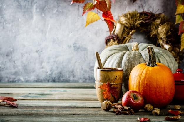 Jesieni tło na drewnianym stole przeciw starej zrudziałej warunek rocznika ścianie