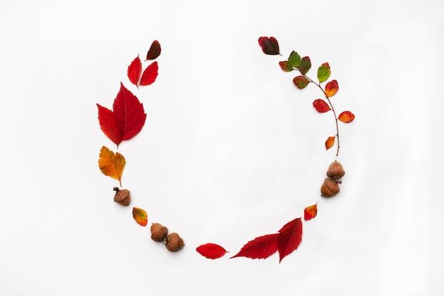 Jesieni tło z naturalnym wystrojem. wieniec wykonany z suszonych liści jesienią. leżał płasko, widok z góry. skopiuj miejsce na sezonowe promocje i rabaty. jesień, koncepcja święto dziękczynienia