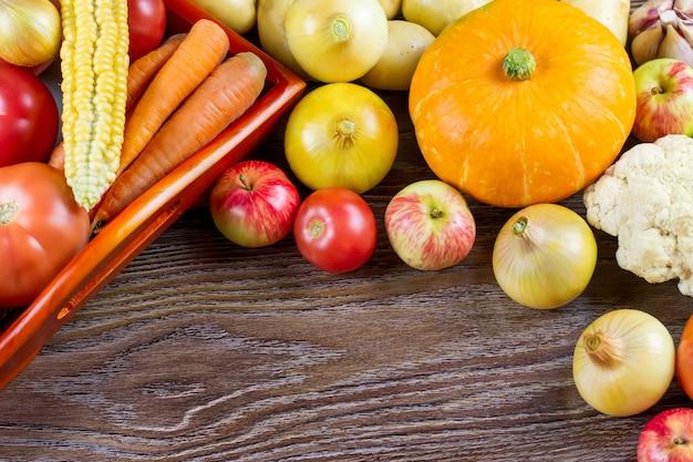 Jesieni warzyw żniwa dziękczynienia, surowa zdrowa żywność organiczna na drewnianym tle