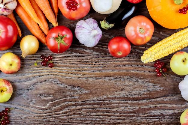 Jesieni warzyw żniwo, surowa zdrowa żywność organiczna na drewnianym tle