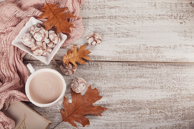 Jesieni wciąż życie z filiżanką kakao i czekoladowymi ciastkami